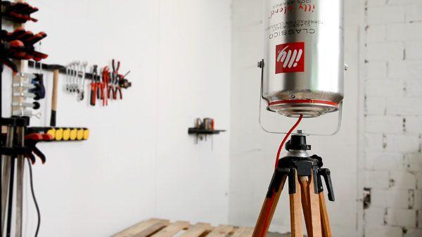 industrijska lampa iz reciklirane illy limenke na bosch tronošcu